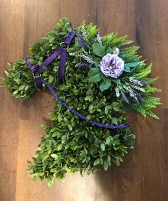 Gitty up to Unique in the Creek and discover how easy DIY decor can be! This gorgeous horse wreath was easily crafted using a Unique in the Creek horse board and materials by Sara Celebre! Discover how to DIY your very own horse decor and MORE with one of our FREE video tutorials! Start by grabbing your unique wreath board at Unique in the Creek--where the only thing that's required is your imagination! Jump on your DIY Derby Day decor DIY spring decor and more! #diyhorse #diywreath #uitc Frame Wreath, Diy Wreath, How To Make Diy, How To Make Wreaths, 1960s Home Decor, Diy Party Decorations, Front Door Decor, Dream Decor, Video Tutorials