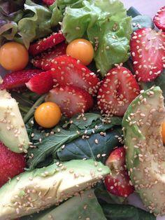 Ensalada de lechugas variadas, ajonjoli, aguacate sal marina y aceite de oliva.
