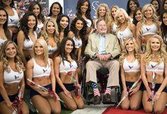 L'ancien président américain George H.W. Bush pose avec la nouvelle équipe des pom-pom girls de l'équipe de football américain de Houston (Texas, Etats-Unis), le 17 avril 2013.