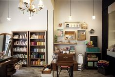 """La pasada primavera nacía en Barcelona un nuevo establecimiento dedicado al DIY, Nido de Abeja. Se definen como """" una tienda molona para mamás modernas"""", y echando un ojo a sus productos y actividades, así es."""