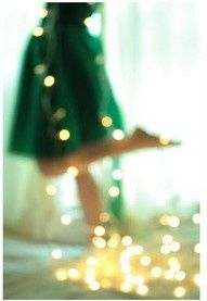 Wrap lights around and turn the picture unfocused and it creates beautiful bokeh:) I do this a lot but just on Christmas trees. Also with a natural light in the back, wonderful contrast with the green dress. Tumblr Soft, Foto Fantasy, Foto Fun, Noel Christmas, Christmas Lights, Holiday Lights, Green Christmas, Modern Christmas, Christmas Colors