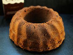 Tämä on ihan perus suklaakakun ohje, teen sen usein kuivakakun (kahvikakun) muotoon, mutta välillä teen samasta taikinasta pyöreän kakkupohjan.