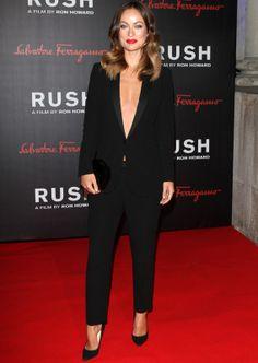 Olivia Wilde sobresaliente con su tuxedo de Gucci negro, 100% sexy luciendo escote. Olivia también tiene un lado muy sensual sobre la alfombra roja.