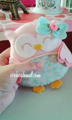 Everyone deserves a perfect world! Felt Owls, Felt Birds, Felt Animals, Fabric Toys, Felt Fabric, Fabric Crafts, Owl Crafts, Diy Arts And Crafts, Baby Sewing Projects