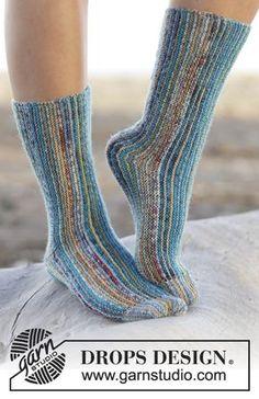 """Poikittain neulotut DROPS sukat """"Fabel""""-langasta. Koot 35-42. ~ DROPS Design"""