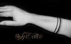 Tatouage avant bras homme, lignes tours de bras comme un bracelet en blackwork, lignes noires de différentes tailles; épaisseurs, par Lys Tattoo votre tatoueur à Gradignan proche de Bordeaux, Mérignac, Talence et Pessac en Gironde