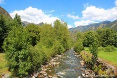 Noguera de Vallferrera a su paso por Alins, río que moldea y da nombre al valle pirenaico de Vall Ferrera. #Pirineos #Catalunya #Lleida #CatalunyaExperience #nature #river #Pyrenees #naturaleza #hiking #PallarsSobirà