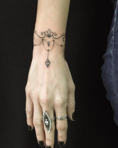 tatuagem feminina tattoos i like татуиров Armband Tattoo, Wrist Bracelet Tattoo, Anklet Tattoos, Tatoos, Tattoo Arm, Mandala Tattoo, Finger Tattoos, Body Art Tattoos, Hand Tattoos