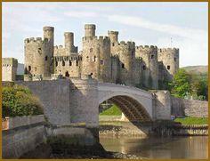 Conway Castle Construido para Edward I, por el Maestro James de St George, el castillo es una de las mejores fortificaciones medievales que sobreviven en Gran Bretaña. Dos barbacanas (pasarelas fortificadas), ocho enormes torres y un gran salón en forma de arco todos se sientan dentro de su característica forma alargada, debido en parte a la estrecha afloramiento rocoso en el que se encuentra el castillo.