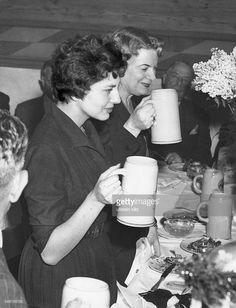 Soraya (Esfandiary Bakhtiary) *-+ Kaiserin von Persien 1951-1958, Iran - mit Mutter Eva beim Starkbierfest im Muenchener Salvatorkeller - 1955