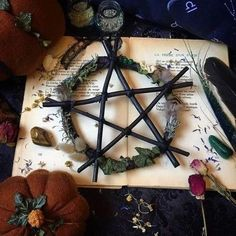 Autel Wiccan, Wiccan Decor, Wiccan Crafts, Magick, Wicca Witchcraft, Pentacle, Helloween Party, Witch Room, Witch Cottage