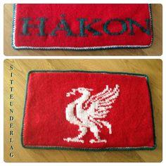 Sitteunderlag Liverpool style, 6 års gave til en barnehage kompis, strikket i Sandnes Fritidsgarn