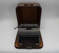 Vintage Remington Quiet Riter Typwiter Green Keys w/case
