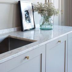 Detaljbild, p1. #pickyliving #kök #ikea #pax #metod #faktum #malm #ncs #kitchen #köksinspiration #köksinspo #decor #interior #interiör #interiorinspiration #inredning #marmor #marble #biancocarrara #nordic #design #interiordesign #scandinavian #bbsweden #dot #mässing #brass #scandinaviandesign Farm Sink Kitchen, Kitchen Island With Seating, White Kitchen Cabinets, Painting Kitchen Cabinets, Kitchen Redo, Kitchen Wood Design, Red Kitchen Decor, Best Kitchen Designs, Ikea Metod Kitchen