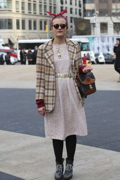 Love the vintage look paired with gold accessories,