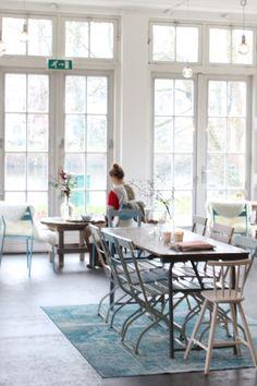 Theeschenkerij de Tuinkamer  in Utrecht een plek waar het echt draait om thee. De locatie is ge-wel-dig, de inrichting van het lichte pand heel goed gelukt en het uitzicht door de grote ramen.. daar word je helemaal zen van.