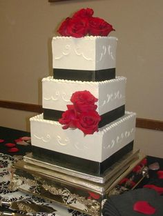 Classic black and white wedding cake by http://ccsweetsensations.com