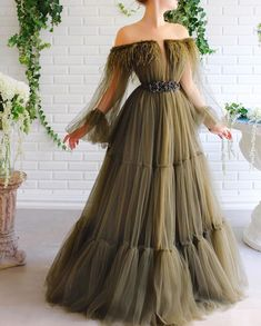 Details - Olive green dress color - Tulle dress fabric and feathers around the shoulders - A-line dress with waist definition and long sleeves - For special occasions Elegant Dresses, Pretty Dresses, Beautiful Dresses, Formal Dresses, Gala Dresses, Cheap Prom Dresses, Ball Gowns Evening, Evening Dresses, Hijab Evening Dress