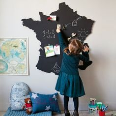Carte de France en bois découpé recouvert de peinture aimantée et ardoise pour les enfants
