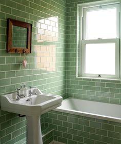 Lavabo + carreaux vert d'eau + miroir cadre bois naturel = <3