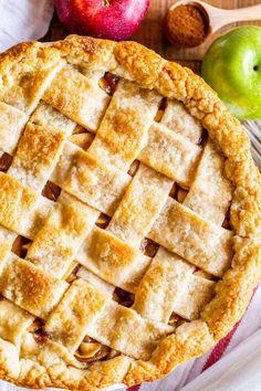 Apple Pie Recipe Easy, Best Apple Pie, Easy Pie Recipes, Homemade Apple Pies, Apple Pie Recipes, Sweet Recipes, Dessert Recipes, Baking Recipes, Holiday Desserts