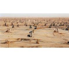 Edward Burtynsky, Oil Fields #1 Taft, California, USA, 2002, copyright Edward Burtynsky, per gentile concessione del Flowers, London & Nicholas Metivier, Toronto