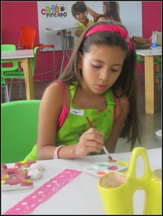 Girls painting pottery in Café Pintado Cali.