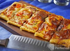 Puff pastry pizza is incredibly easy to quickly prepare and cook up. The crust has that lovely golden crunch that makes it irresistible. Puff Pastry Pizza, Puff Pastry Recipes, Puff Pastries, Gluten Free Mac And Cheese, Cheese Twists, Crescent Roll Pizza, Crescent Rolls, Breakfast Pizza, Mexican Breakfast
