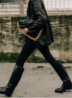 Bottega Veneta Bottega Veneta - The Pouch Chain-embellished Gathered Leather Clutch - Black - The Pouch Chain-embellished Gathered Leather Clutch Casual Fall Outfits, Winter Outfits, All Black Outfit, How To Pose, Bottega Veneta, Autumn Winter Fashion, Fall Winter, Ootd, Stylish