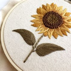 Hand Embroidery Flowers, Simple Embroidery, Embroidery Hoop Art, Embroidery Designs, Hand Embroidery Patterns Free, Embroidery For Beginners, Embroidery Techniques, Cross Stitch Patterns, Couture