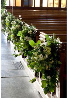 Church wedding pew decorations garden style, white and green Church Wedding Flowers, Wedding Pews, Aisle Flowers, Wedding Bouquets, Wedding Canopy, Garland Wedding, Wedding Bridesmaids, Wedding Cake, Large Floral Arrangements