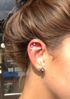 Trending Ear Piercing ideas for women. Ear Piercing Ideas and Piercing Unique Ear. Ear piercings can make you look totally different from the rest. Daith Piercing, Piercing Tattoo, Ear Peircings, Cool Ear Piercings, Unique Piercings, Cartilage Hoop, Flat Piercing, Triple Cartilage Piercing, Tongue Piercings