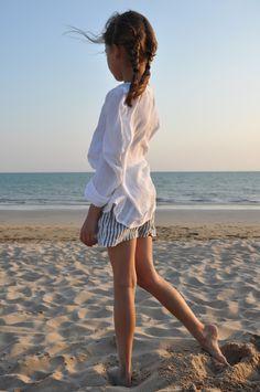 le mercredi 30 juillet 2014 : Cerise porte : - une blouse : mango - un short Uniforme en lin rayures claires : VDJ - chaussu...