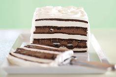 Este pastel helado de galletas de chocolate con crema aporta de la mejor forma el más delicioso sabor a chocolate. ¡Qué rico!