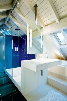 Blue and white bathroom / salle de bains bleue et blanche design | More photos http://petitlien.fr/salledebainsgrenier
