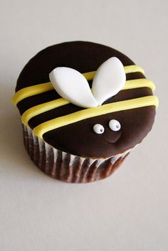 Cute bumble bee cupcake