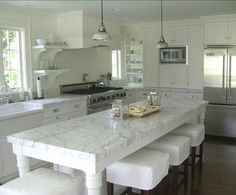 20 Beautiful Kitchens With Carrara Marble Countertops - Housely New Kitchen, Kitchen Decor, Kitchen White, Narrow Kitchen, Kitchen Layout, Kitchen Ideas, Barn Kitchen, Neutral Kitchen, Kitchen Corner