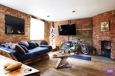 Hoje é dia de QUARTOS!  Um quarto cheio de estilo, que esbanja luxo. Uma moto no quarto? Por que não? Quando se trata de decoração tudo é possível! A lareira da um ar clássico de sofisticação, e o sofá cama é incrível e uma ótima pedida.  #showroom #arte #décor #decoração #interiordesign #DecoraClick #quarto #decoracaodequarto #parededetijolinho  Projeto: Michaelis Boyd Associates