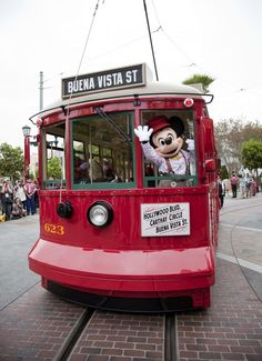 Dealing with Disneyland crowds is here... Tips from the Disneyland experts.