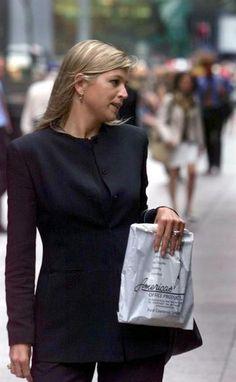 Veertig jaar wordt ze vandaag, Máxima Zorreguieta, prinses. De vrouw die het koningshuis redde, heet het. In elk geval veruit het meest populaire lid van de Nederlandse koninklijke familie. Een overzicht in foto's. Hier: gefotografeerd in New York, direct na het verlaten van haar baan bij de Deutsche Bank, in september 1999. © anp