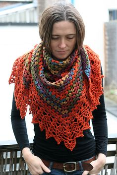 Like the edging, but don't love triangle shawls so much. Need to figure out how to make it a crescent! Crochet Shawls And Wraps, Knitted Shawls, Crochet Scarves, Crochet Clothes, Crotchet Patterns, Crochet Stitches Patterns, Crochet Capas, Triangle Scarf, Knit Or Crochet