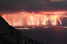 Raios de Catatumbo. Uma tempestade de raios que dura cerca de 10 horas por dia, promove mais de 280 descargas elétricas por hora e acontece durante 150 dias por ano. O acontecimento atmosférico acontece na Venezuela quando o Rio Catatumbo esvazia.