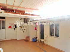 Quintal, Vende Moradia T2, remodelada, quintal com churrasqueira, Almada - Portugal Investe