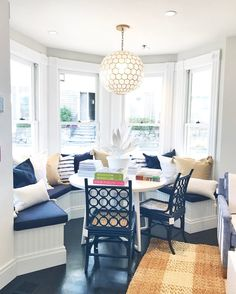 67 Trendy breakfast nook table and chairs sun room Kitchen Banquette, Dining Nook, Dining Room Design, Kitchen Nook Table, Dining Table, Breakfast Nook Table, D House, My Dream Home, Home Kitchens