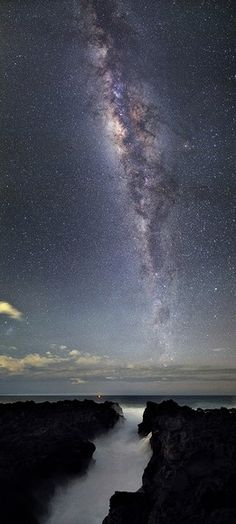 "National Geographic News May 18, 2013 Milky Way flowing into the sea. Madagascar Island east, from French territory Reunion Island coast, it's one fantastic you've taken over the Indian Ocean. Photo Contest and an empty 4th International Earth (Fourth International Earth and Sky Photo Contest), and was elected to the 2-position ""beautiful starry sky (Beauty of the Night Sky)"" of the department."