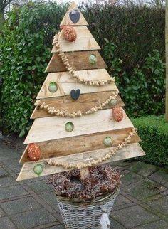 Kerstboom voor buiten van pallethout voor de vogels.