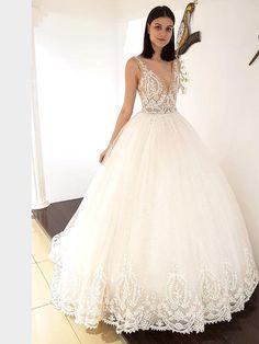 Traumhaftes Brautkleid mit tiefem V-Neck, tiefem Rückenausschnitt und Spitzenapplikationen auf dem Oberteil. Lace Wedding, Wedding Dresses, Fashion, La Mode, Linz, Wedding Dress Lace, Dress Wedding, Curve Dresses, Bride Gowns