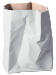Stylowy wazon przypominający pomiętą torbę papierową.