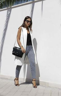 Chaleco blanco ***Love the pattern on the bottom and dark colored top. I'm a little weird about my arms, but I'd try this on. White Vest Outfit, Blazer Outfits, Cool Outfits, Casual Outfits, Summer Outfits, Fashion Outfits, Traje Casual, Sleeveless Blazer, Mode Chic