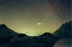 El cometa Hale-Bopp, el gran cometa de 1997, llegó a brillar mucho más que cualquier estrella de los alrededores. Se vio, incluso, por encima de las luces de las ciudades, lejos de las que constituía un buen espectáculo.  La fotografía muestra el cometa Hale-Bopp por encima del cuello de Valparola, a las montañas Dolomitas que rodean Cortina de Ampezzo ( Italia ).